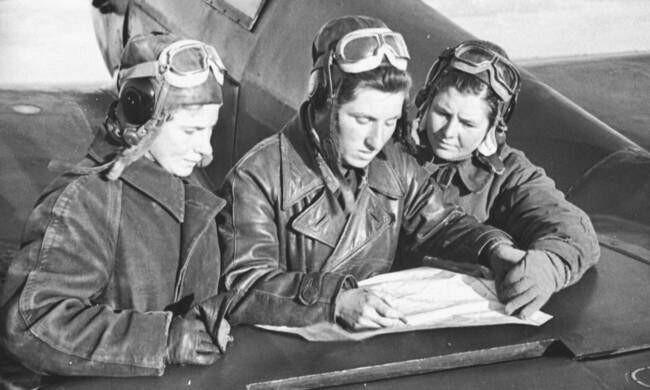 Лётчицы-истребители: сержант Лидия Литвяк, младшие лейтенанты Екатерина Буданова и Мария Кузнецова у Як-1. 1942 г.