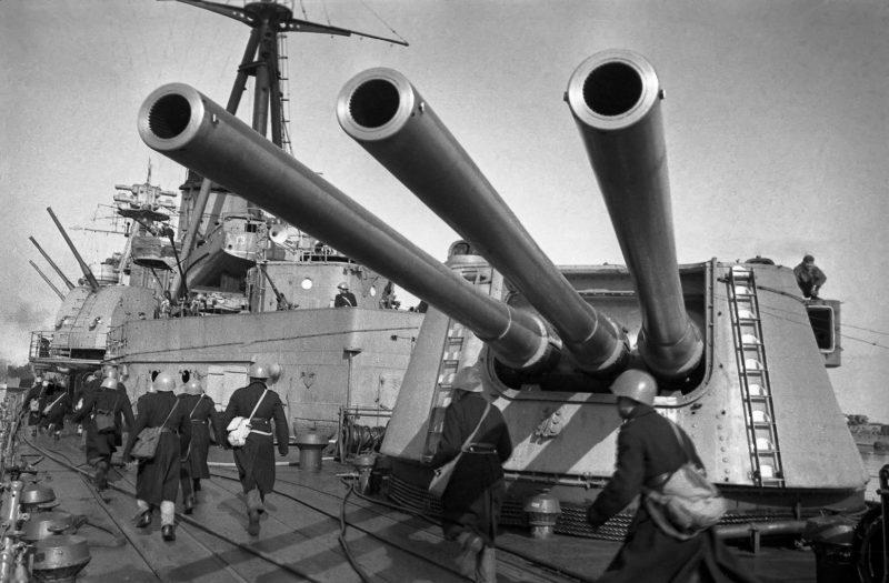 Трехорудийные башенные установки МК-3-180 крейсера «Ворошилов». 1943 г.