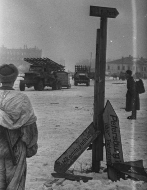 Гвардейские реактивные минометы БМ-13 на базе американских грузовиков Studebaker US6 в освобожденном Новгороде. Январь 1944 г.
