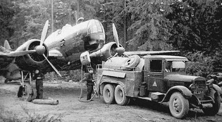 Заправка бомбардировщика на полевом аэродроме. 1942 г.