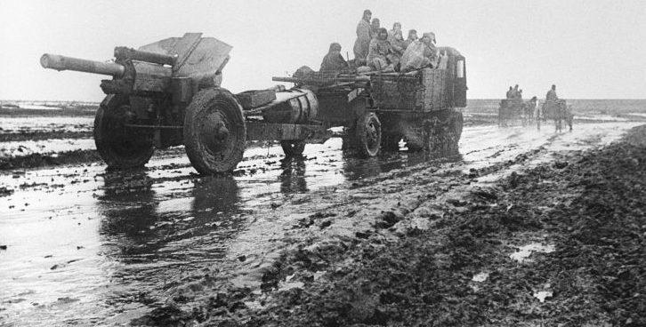Тягач буксирует 122-мм гаубицу М-30 по дороге в Никополь. Январь 1944 г.