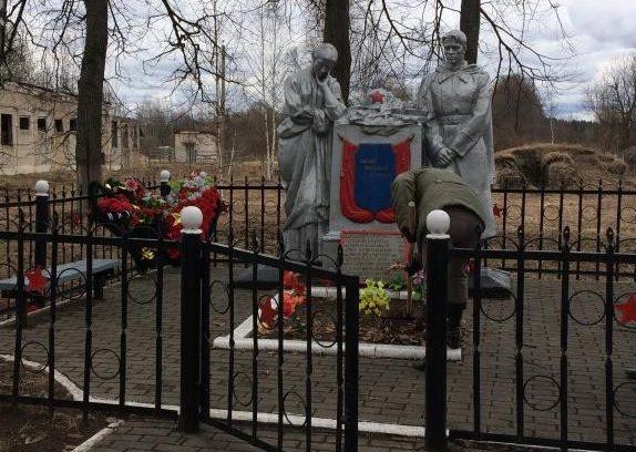 п. Брусово Удомельского городского округа. Памятник, установленный на братской могиле советских воинов.