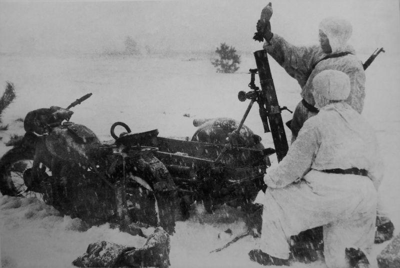 Расчет самоходного 82-мм батальонного миномета, перевозимого на коляске мотоцикла М-72. Калинковичи, январь 1944 г.