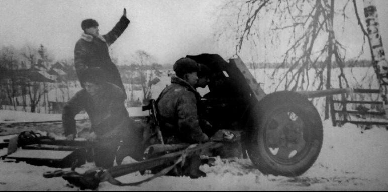 Расчет 45-мм противотанковой пушки 53-К в районе д. Комаровка. Нарвское направление, февраль 1944 г.