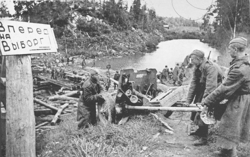 Передвижение 45-мм противотанковой пушки 53-К на Карельском перешейке у Выборга. Июнь 1944 г.