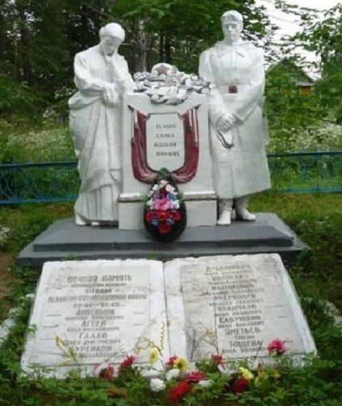 с. Еремково Удомельского городского округа. Памятник, установленный на братской могиле советских воинов.