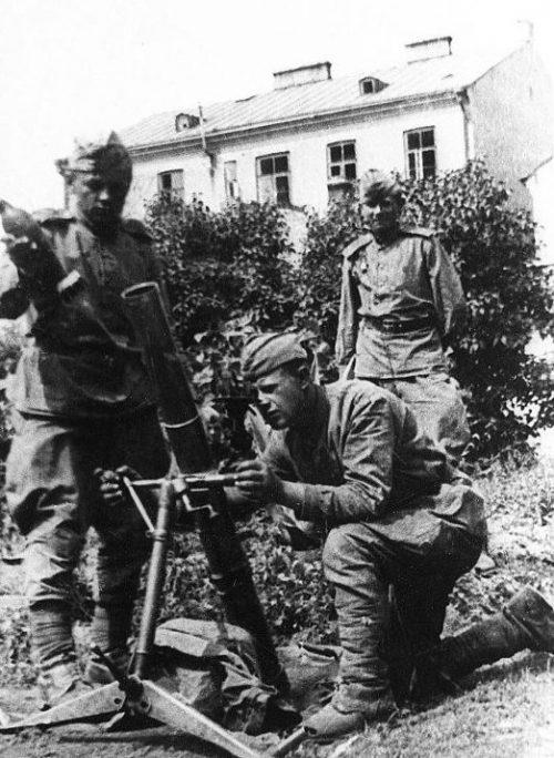 Расчет у 82-мм батальонного миномета образца 1941 года (БМ-41) в городе Гродно. Июль 1944 г.