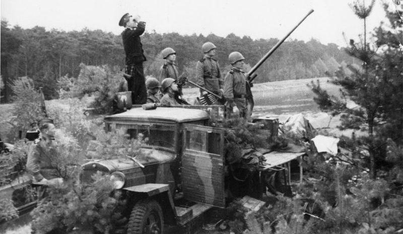 Зенитчики Балтийского флота у зенитной пушки 72-К образца 1940 года. Лето 1944 г.