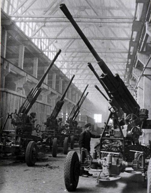Производство 85-мм зенитных пушек 52-К в цехах завода №8. Свердловск, 1944 г.