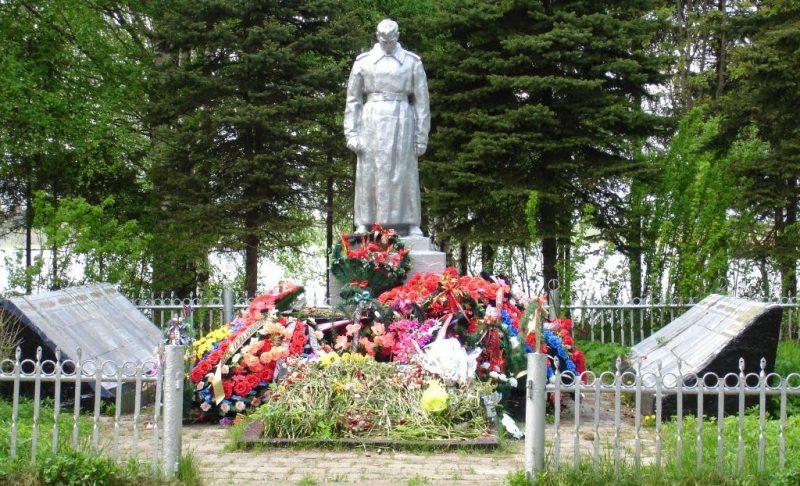 г. Удомля. Памятник, установленный на братской могиле советских воинов.