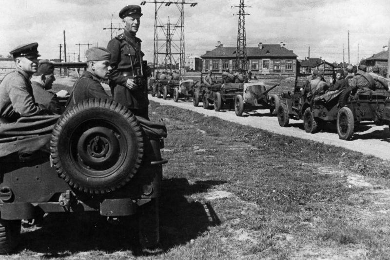 Колонна армейских автомобилей «Виллис» с 45-мм противотанковыми пушками 53-К на прицепе. 1944 г.