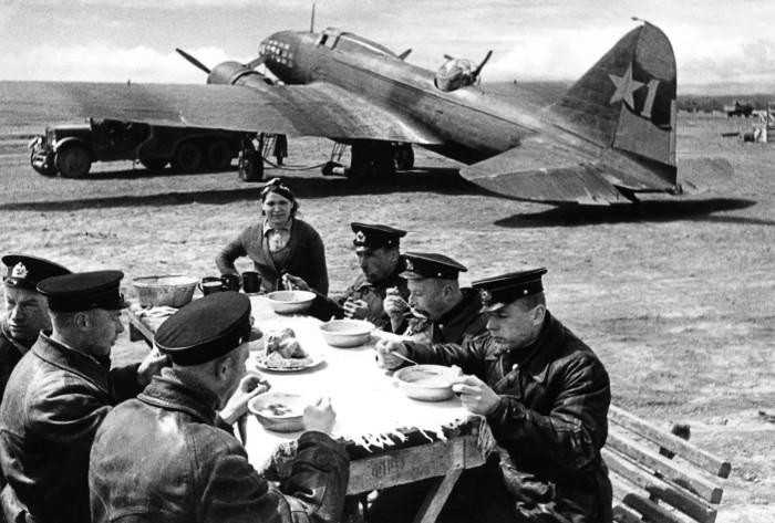 Обед на летном поле на фоне бомбардировщика Ил-4 ЧФ СССР. 1943 г.