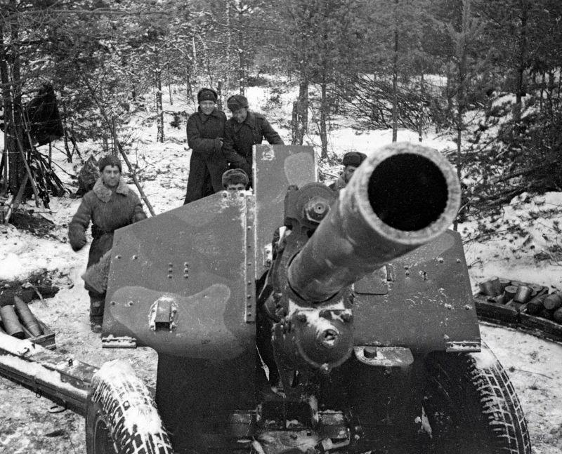 Орудийный расчет 122-мм гаубицы М-30 2-го Прибалтийского фронта на огневой позиции. 1944 г.