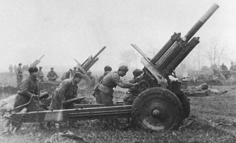 Батарея 122-мм гаубиц М-30 2-го Украинского фронта ведет огонь в Венгрии. 1944 г.