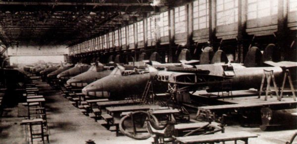 Сборка Ту-2 на конвейере. 1943 г.