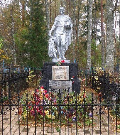 п. Фирово. Памятник, установленный на братской могиле советских воинов.