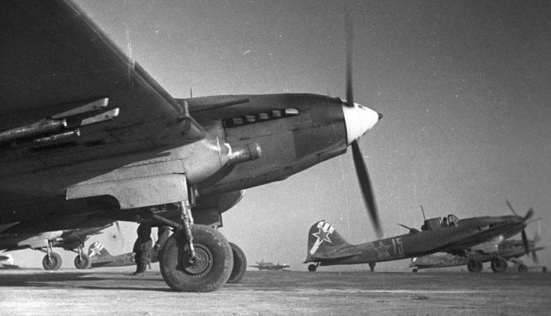 Штурмовики Ил-2 на аэродроме под Сталинградом. 1943 г.