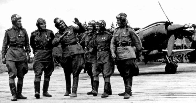 Летчики 260-я САД обсуждают воздушный бой. 1943 г.