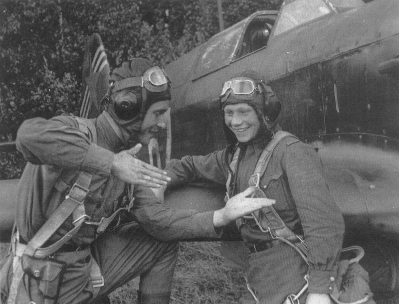 Летчики-истребители старший лейтенант М. П. Фарафонтов и младший лейтенант В. Фёдоров из 146-го истребительного авиаполка обсуждают результаты воздушного боя. 1943 г.