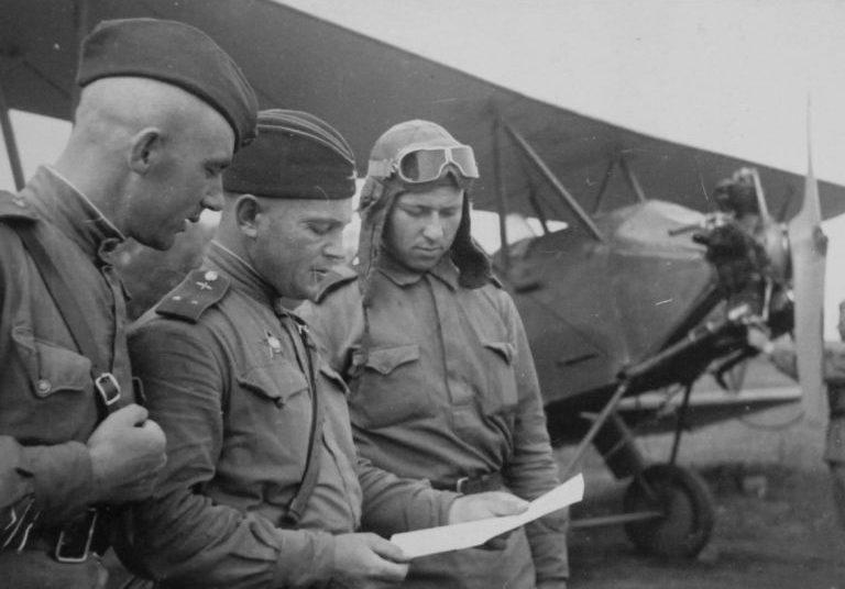 Летчики у самолета У-2 на аэродроме. 1943 г.