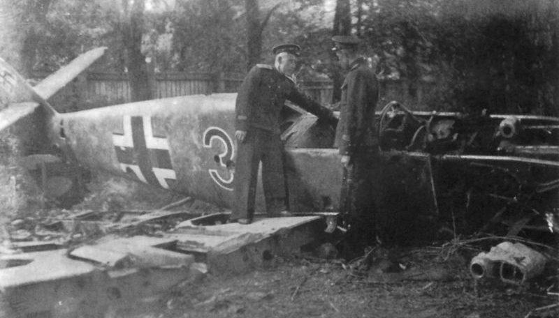 Советские летчики ВВС Балтийского флота осматривают сбитый немецкий истребитель Мессершмитт Bf.109. 1943 г.