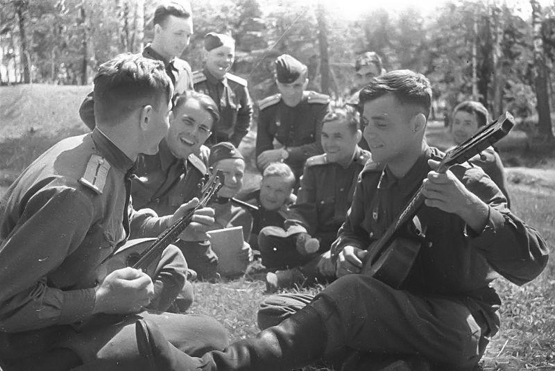 Советские летчики-гвардейцы на отдыхе. Июль 1943 г.