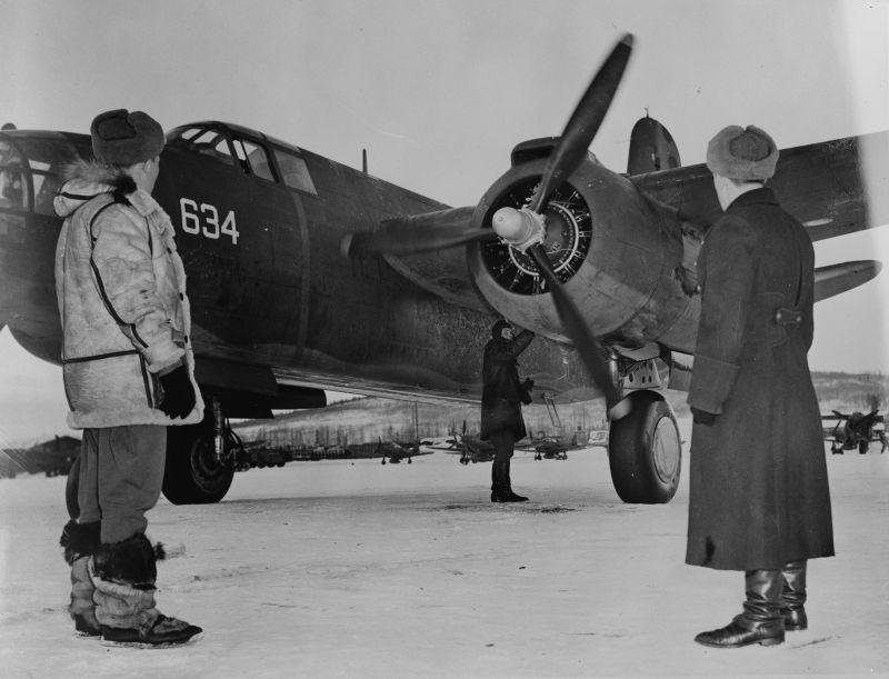 Советские летчики принимают американский бомбардировщик А-20, передаваемый по ленд-лизу. Аэродром Ноум, Аляска. 1943 г.