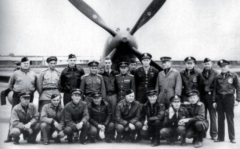 Советские и американские летчики на аэродроме в Фэрбенксе у истребителя P-63 «Kingcobra». 1943 г.