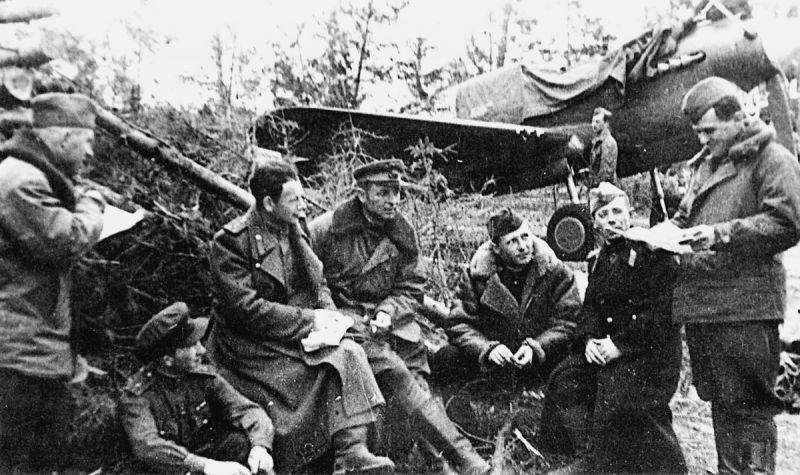 Пилоты 19-го гвардейского истребительного авиаполка у истребителя Р-40 «Киттихок». 1943 г.