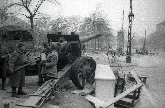 152-мм гаубица МЛ-20 на площади Кальвария в Будапеште. Февраль 1945 г.