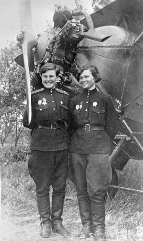 Летчики 46-го гвардейского ночного бомбардировочного авиационного полка у самолета У-2. Июнь 1943 г.