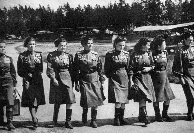 Пилоты 588-го (в последствии - 46-й Гвардейский) ночного легкобомбардировочного авиаполка («Ночные ведьмы»). 1943 г.