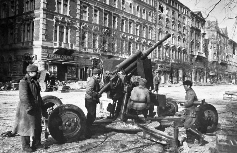 85-мм зенитное орудие 52-К в Будапеште. Февраль 1945 г.