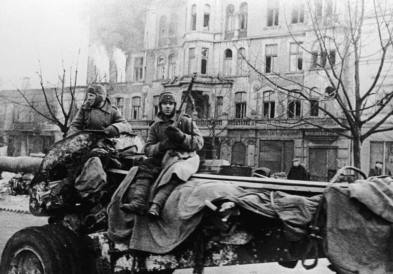 Артиллеристы едут на буксируемой 152-мм гаубице М-10 в польском городе Ченстохова. Февраль 1945 г.