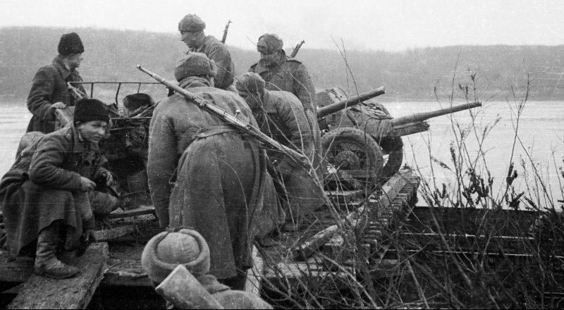 Артиллеристы переправляются через Дунай. Февраль 1945 г.