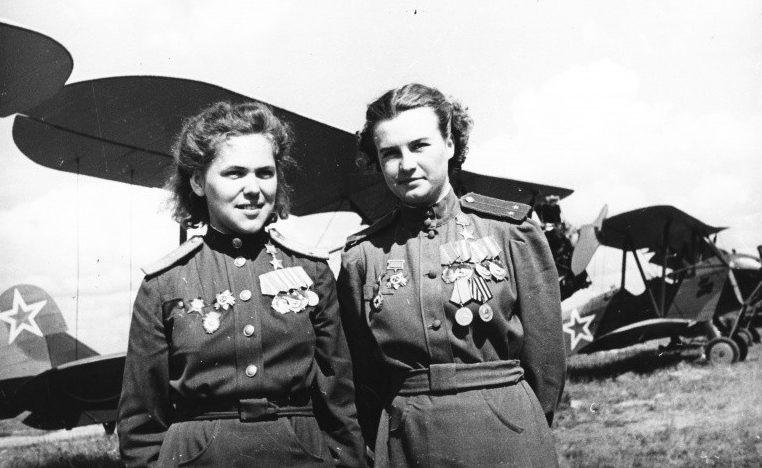 Пилоты Руфина Гашева и Наталья Меклин на фоне самолетов По-2. 1943 г.