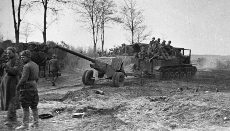 100-мм пушка БС-3 во время боев у озера Балатон. Март 1945 г.