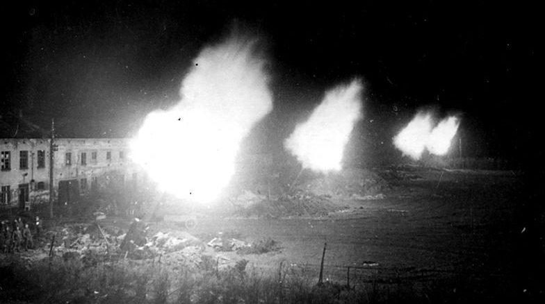 Ночной залп советских 203-мм гаубиц Б-4 образца в пригороде Берлина. Апрель 1945 г.