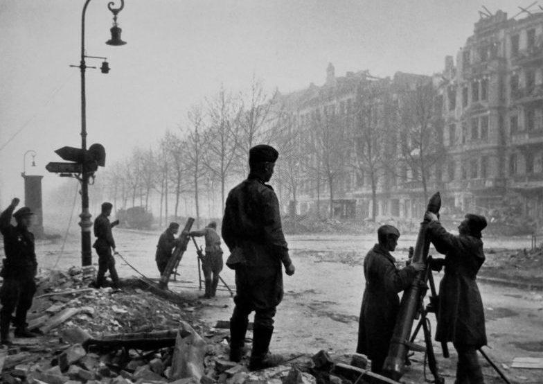 Расчеты 120-мм полковых минометов ведут огонь на улице Берлина. Апрель 1945 г.
