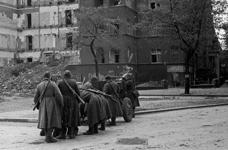 Расчет орудия ЗиС-3 на улице Берлина. Апрель 1945 г.