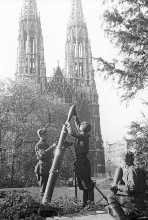 Расчет 120-мм миномета в Вене. Апрель 1945 г.