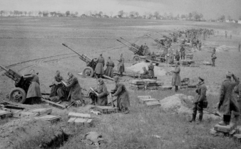 Орудия ЗИС-3 ведут артподготовку в районе Зееловских высот. Апрель 1945 г.