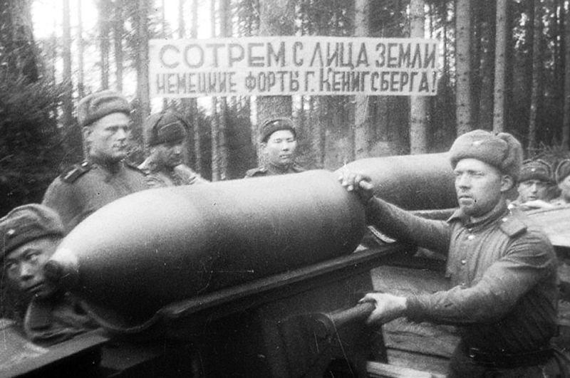 Артиллеристы со снарядами 203-мм орудия Б-4 у Кенигсберга. Апрель 1945 г.