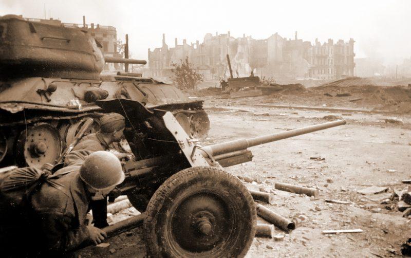 Пушка М-42 с цельнометаллическими колесами на улицах Берлина. Апрель 1945 г.