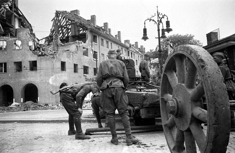 Расчет гаубицы Б-4. Берлин, Май 1945 г.