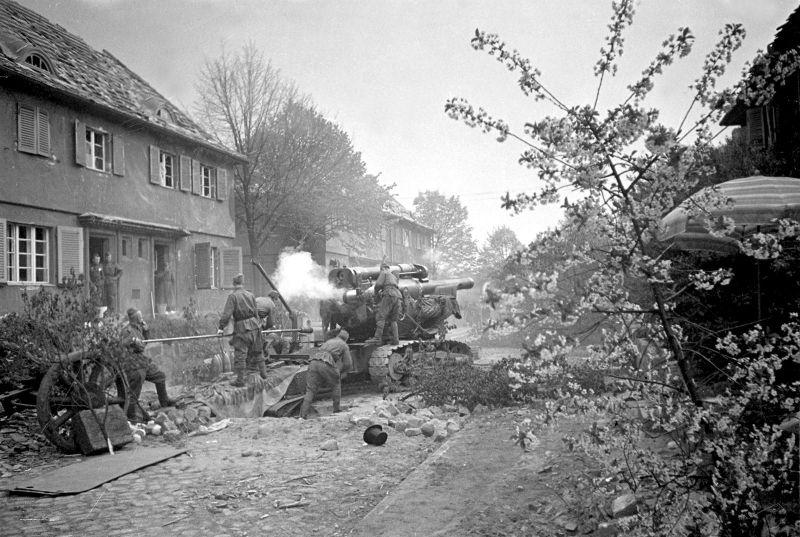 Гаубица Б-4 ведет огонь на окраине Берлина. Май 1945 г.