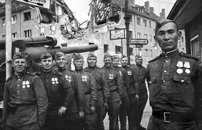 Расчет гаубицы Б-4 в Берлине. Май 1945 г.
