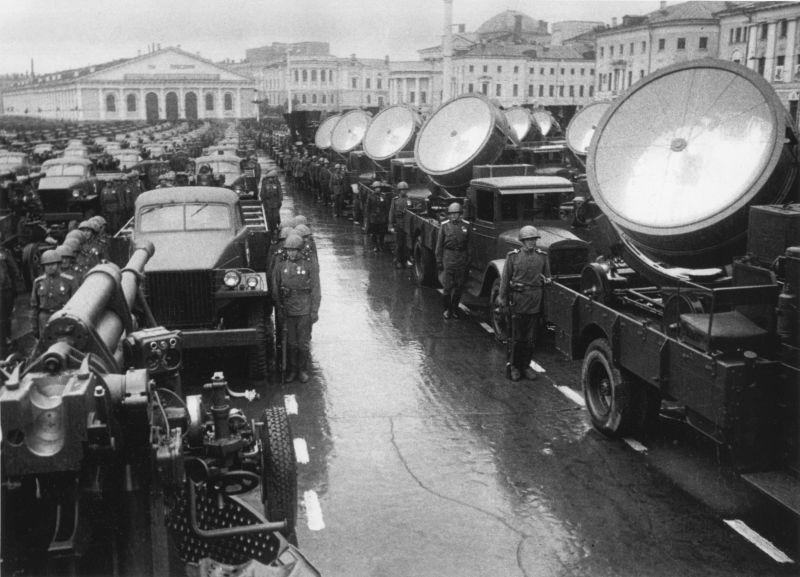 Салютные расчеты с 85-мм зенитными орудиями 52-К перед парадом Победы. Москва, 24 июня 1945 г.