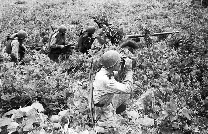 Расчет 45-мм противотанковой пушки М-42 в районе китайского города Дуньхуа. Август 1945 г.