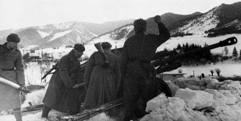 Расчет орудия ЗиС-3 ведет огонь в Карпатских горах. 1945 г.